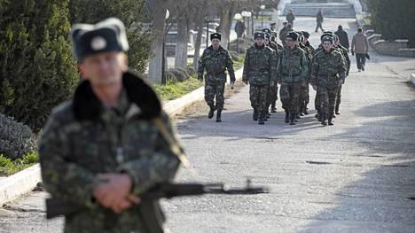 Ukrainalaisia sotilaita Sevastopolin lähellä lauantaina.