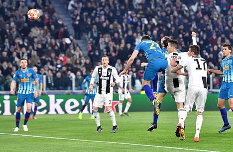 Cristiano Ronaldo puskee 2-0-johtomaalin Atletico Madridin verkkoon.