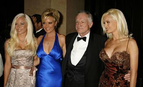 Vasemmalta: Kendra Wilkinson, Bridget Marquardt, Hugh Hefner ja Holly Madison. Kuva vuodelta 2006.
