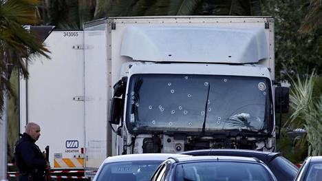 Viranomaiset kertovat löytäneensä autosta papereita, jotka kuuluvat 31-vuotiaalle Nizzassa asuvalle miehelle.