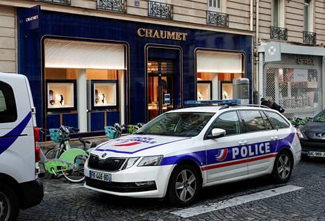 Poliisi ja erikoisjoukot etsivät sähköpotkulaudalla paikalta paennutta ryöstäjää.