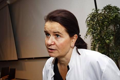 Infektiolääkäri Eeva Ruotsalainen hämmästelee THL:n kantaa yli 65-vuotiaiden pneumokokkirokotteeseen.