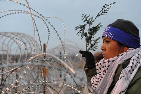 Aktivisti Backwater Bridgellä rukousseremoniassa marraskuussa.
