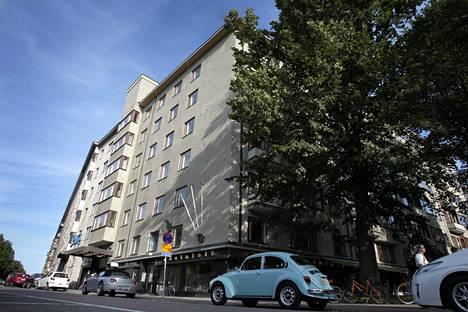 Lauri Reitzin lippulaivakiinteistö Eteläiseltä Hesperiankadulta kuvattuna. Rakennus edustaa tyylipuhdasta 1930-luvun funktionalismia.