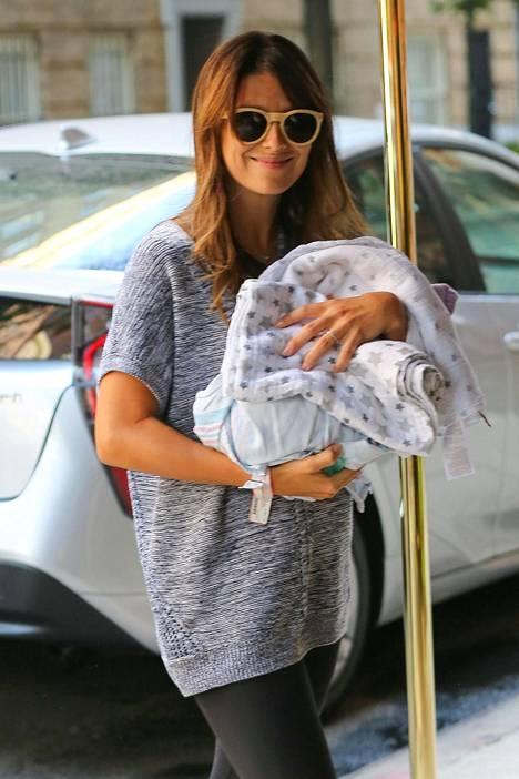 Hilaria ja Alec Baldwin saapuivat maanantaina syntyneen pienokaisensa kanssa kotiin keskiviikkona.