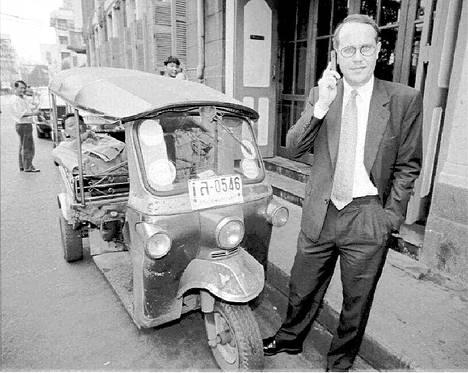 Ollila kännykköineen Thaimaan Bangkokissa vuonna 1995.