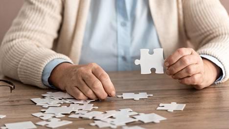 Unohtelu, uuden oppimisen vaikeus, keskittymisvaikeus tai hahmottamisen vaikeudet ovat yleisiä oireita ja voivat johtua masennuksesta tai työuupumuksesta, mutta myös muistisairaudesta.