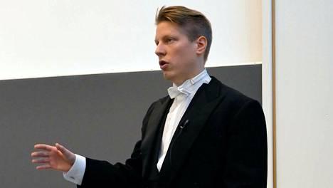 Tekniikan tohtoriksi lähiaikoina valmistuva Tuomas Lahtinen pitämässä väitöspuhettaan, jonka pääteesinä oli, että maailma tarvitsee lisää sillanrakentajia.