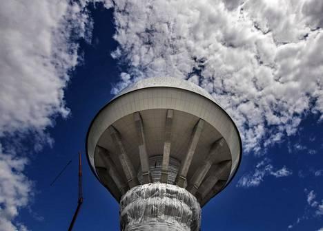 Hiekkaharjun uusi vesitorni on valaistu pimeän aikaan, jolloin se näkyy kauas alueen maamerkkinä.