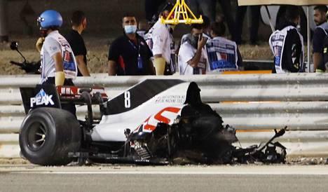 Romain Grosjeanin auto meni kappaleiksi rajussa onnettomuudessa.