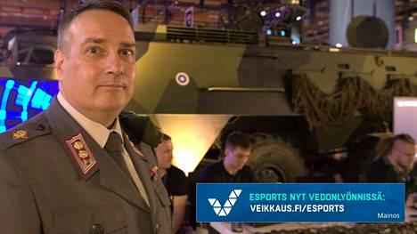 Puolustusvoimien Kyberosaston osastopäällikkö Harry Kantola vietti viikonloppunsa Assembly-messuilla. Taustalla messukävijät ratkovat Puolustusvoimien kyberhaastetta.