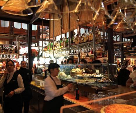 Vaikka asuminen on Madridissa kallista, ruokailu on edullisempaa kuin Suomessa, Maaret kertoo. Madridin kauppahalli, Mercado de San Miguel.