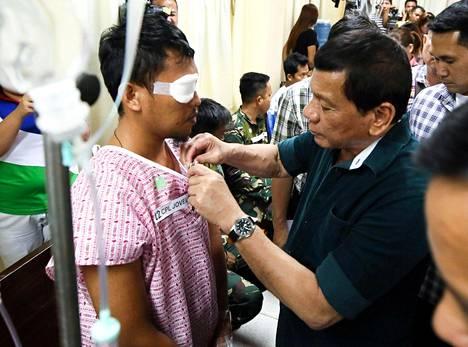 Presidentti Rodrigo Duterte vieraili Marawin taisteluissa haavoittuneiden sotilaiden luona Iliganin kaupungissa sijaitsevassa sairaalassa perjantaina.