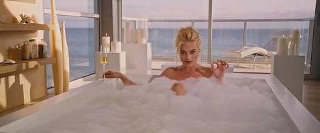 Näyttelijä Margot Robbie kuplakylvyssä samppanjalasi kädessä. Tämä taloustiede ei ole kuivaa!