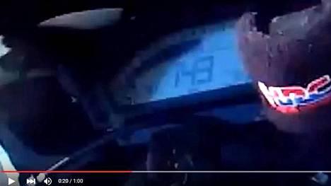 Robert Hammondin moottoripyörän nopeusmittari näyttää kuvassa 149 mailin (239 km/h) tuntinopeutta. Enimmillään hän ajoi 246 km/h.