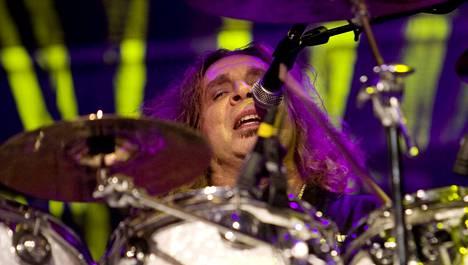 Twisted Sisterin rumpali A.J. Pero menehtyi kiertueella.