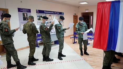 Venäläiset sotilaat jonottivat äänestämään Kaliningradissa jo perjantaina.