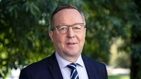 Elinkeinoministeri Mika Lintilä (kesk) on huolissaan koronavirusrajoitusten taloudellisista vaikutuksista.