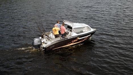 Tällaisia ovat vetouisteluveneet. Vavat ovat veneen perässä. Kipparin edessä on kaikenlaista tekniikkaa navigointia ja saaliin paikallistamista varten. Kuvassa Team Humminbird.
