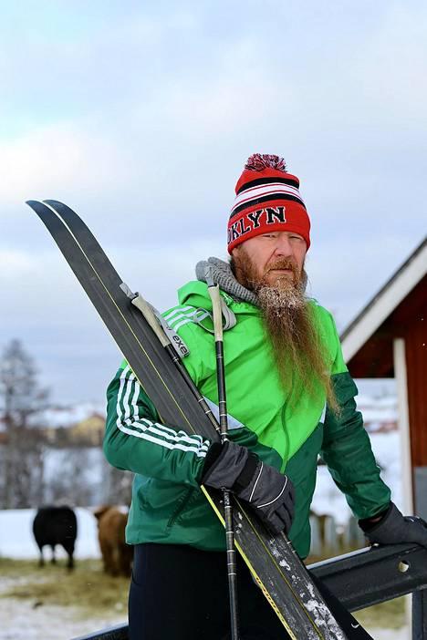 Maanantaina Jouni Hynynen palasi hiihtoharrastuksen pariin parin vuoden tauon jälkeen Haltialan tilan maisemissa Helsingissä.
