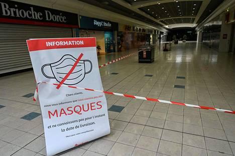 Kyltti tyhjentyneen ostoskeskuksen käytävällä kertoi suojamaskien loppumisesta. Kuva Ranskan Perolsista maanantailta.