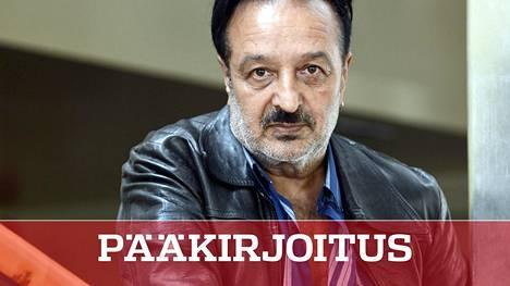 Kulttuurineuvos Veijo Baltzar on paistatellut näkyvien poliitikkojen ja kulttuuriväen suosiossa vuosikaudet, vaikka hänen rikostuomionsa ja tausta ovat olleet tiedossa.