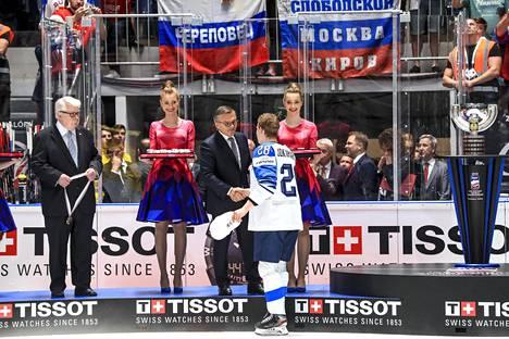 Kalervo Kummolan rooli oli merkittävä, kun IIHF otti jääkiekon MM-kisat Valko-Venäjältä. Liiton puheenjohtaja René Fasel (oik.) vastusti hanketta, mutta joutui taipumaan.