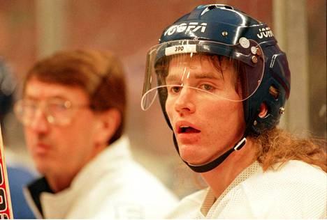 Kiprusoff ja ensimmäinen MM-kultavalmentaja Curt Lindström Tukholmassa vuonna 1995.