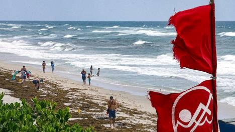 Floridassa Palm Beachilla liehuivat lauantaina punaiset liput kertomassa, ettei uimaan saa mennä.