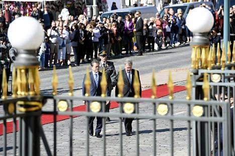 Paikalla Presidentinlinnan edustalla oli runsaasti yleisöä.