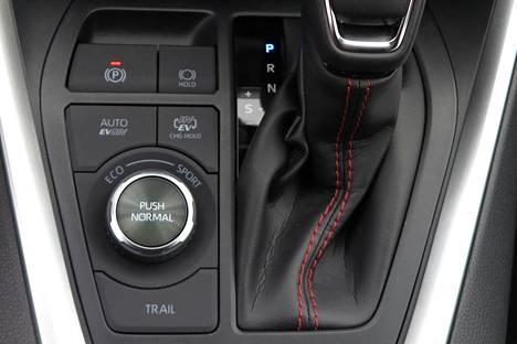 Taikanapeilla vaihteenvalitsimen vieressä voidaan määrätä, mitä moottoreita ja energiaa ajamiseen käytetään.
