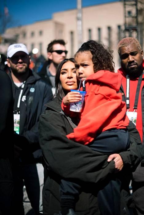 Kim, Kanye ja North-tytär osoittivat mieltä kouluväkivaltaa vastaan vuonna 2018.