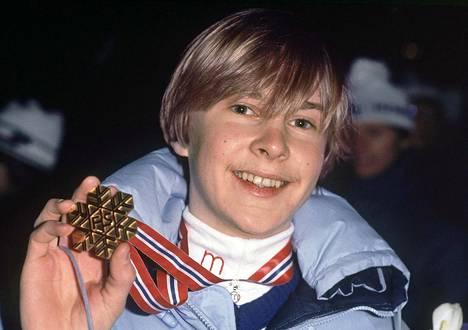 Matti Nykänen esitteli kultamitaliaan Oslon MM-kisoissa 28. helmikuuta 1982
