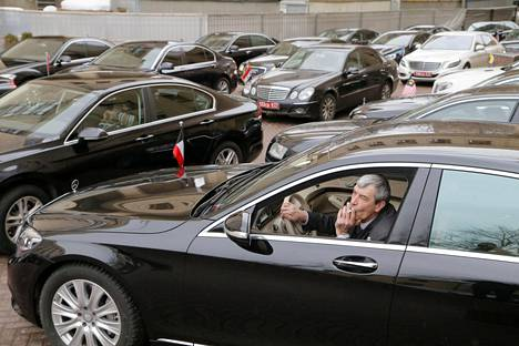 Iso joukko diplomaattiautoja oli pysäköitynä Venäjän ulkoministeriön lähistöllä, kun suurlähetystöjen edustajat olivat saapuneet tiedostustilaisuuteen keskiviikkona.