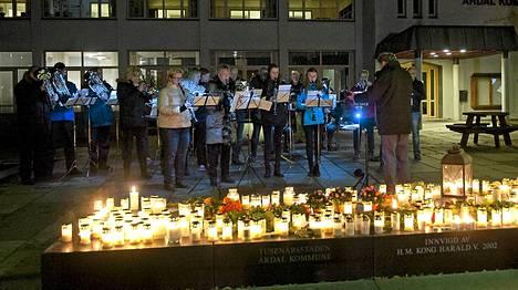 Bussiuhrien muistoksi sytytettiin kynttilöitä Norjassa.