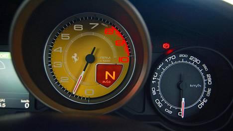 Ferrarin Californian poikkeuksellinen mittarijärjestely. Keltapohjainen käyntinopeusmittari on muista erottuva.