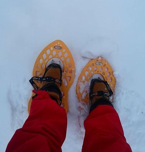 Lumikenkien vuokraus kannattaa, jos hanget ovat korkeat.