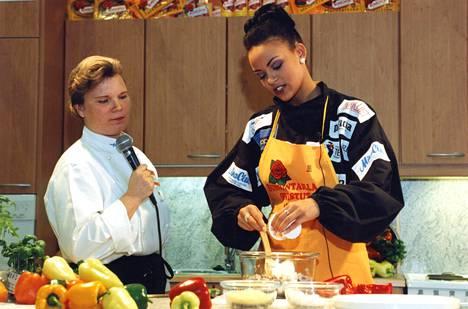 Maija Silvennoinen teki kokkiohjelmia kymmenen vuotta. Kuvassa hän opastaa Miss Suomea Lola Odusogaa vuonna 1996.