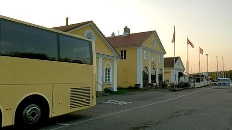 Bussi sointuu Taalintehtaan talojen keltaiseen väriin.