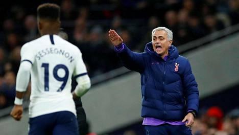 Jose Mourinho (oik.) luotsasi Tottenhamin jatkoon.