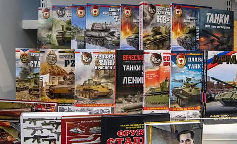 Kirjakauppa pärjää erikoistumisella. Yksi suosittu tuoteryhmä on tankkeja ja muuta sotakalustoa käsittelevä kirjallisuus.