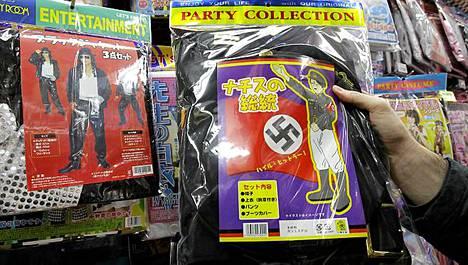 Tämä bileisiin naamiaisasuksi myyty natsitakki nostatti kohun.