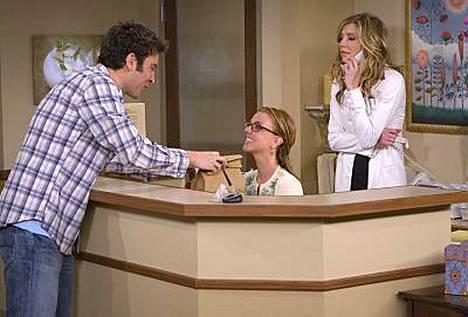 Britney Spears (keskellä) näytti tv-roolissaan yllättävän raikkaalta.