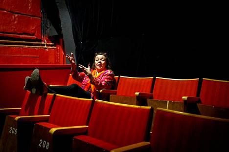 Anu Panula remontoi talkooporukan kanssa uudet tilat kehitysvammaisteatteri La Stradalle. Tiloistaan jouduttiin luopumaan terveydellisistä syistä vain pari vuotta avajaisten jälkeen.