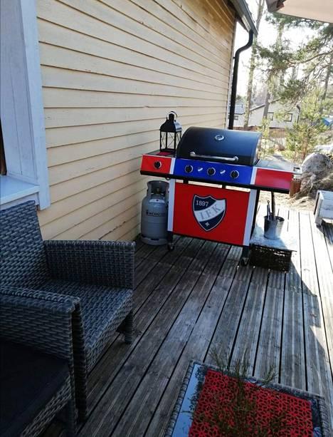 Miesystävän ansiosta Hämäläinen myös grillaa kesällä upealla HIFK-grillillä, jonka miesystävä teetti  ystävien kanssa hänelle syntymäpäivälahjaksi.