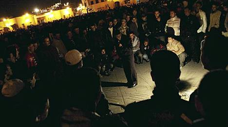 Ihmisiä Marrakeshin torilla.
