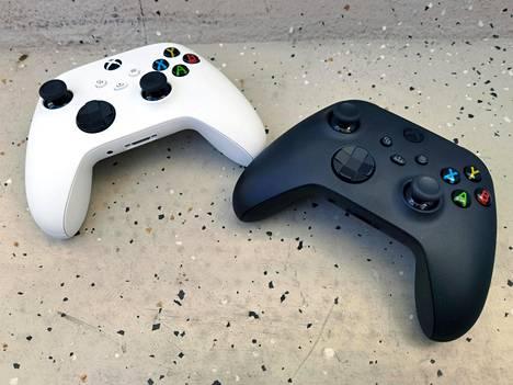 Konsolien ohjaimet ovat väriä lukuun ottamatta identtisiä. Uusi jakonappi on suoraan Xbox-painikkeesta alaspäin, melko keskellä ohjainta.