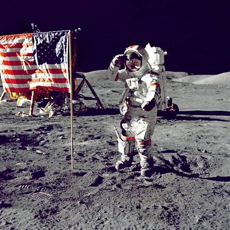 Yhdysvaltain lippu näyttää kuvissa liehuvan tuulessa. Syynä liikkeeseen olivat Apollo 11 -astronautit Neil Armstrong ja Buzz Aldrin.