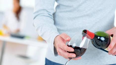 Kohtuukäyttö tarkoitti tässä tutkimuksessa noin 4–6 pientä olutpulloa tai 2–4 viinilasillista.