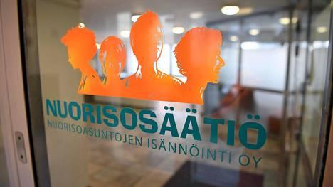 Nuorisosäätiön tunnus toimiston ovessa Helsingissä.